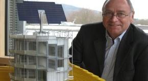Rolf Disch mit einem Modell des Heliotrops