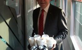 Rüdiger Grube serviert Kaffee in der ersten Klasse von Berlin nach Düsseldorf