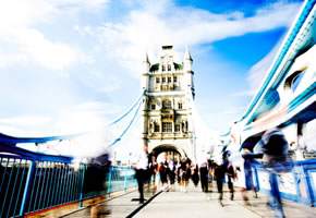Rush Hour auf der Tower Bridge in London