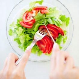 Salat mit einem leichten Dressing ohne Kalorien