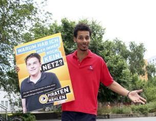 Salomon Reyes mit einem Plakat aus dem Wahlkampf zur Bundestagswahl 2013.