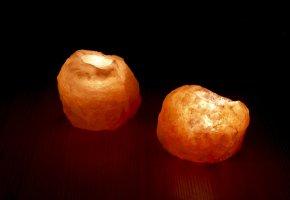 Salzkristalle werden mit einem Teelicht von innen beleuchtet.