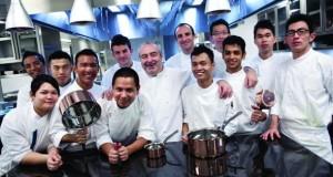 Santi Santamaria mit seiner Küchencrew in Singapure.