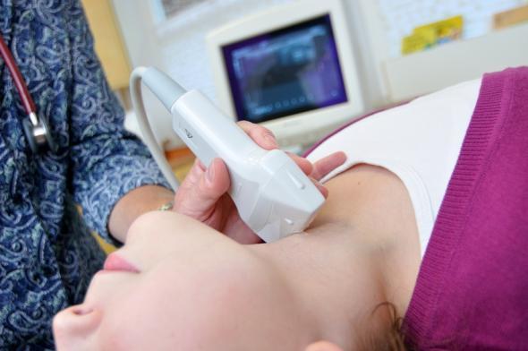 Schilddrüse wird per Ultraschall untersucht.