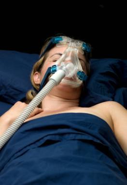 Schlaflabor - Frau mit einer CPAP-Maske
