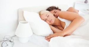 Die Schlafstellung von Paaren verrät das Liebesleben.