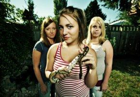 Schlangen - Teenager mit einer jungen Königspython