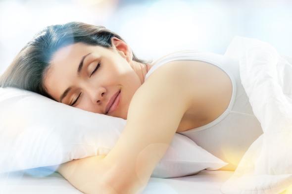 Junge Frau schläft ganz tief und fest.