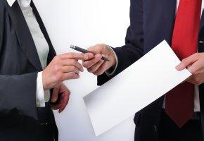 Schlechte Bankberatung: Die Kundin soll den Vertrag unterschreiben