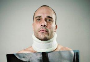 Schleudertrauma - der Hals muss mit einer Halskrause gestützt werden
