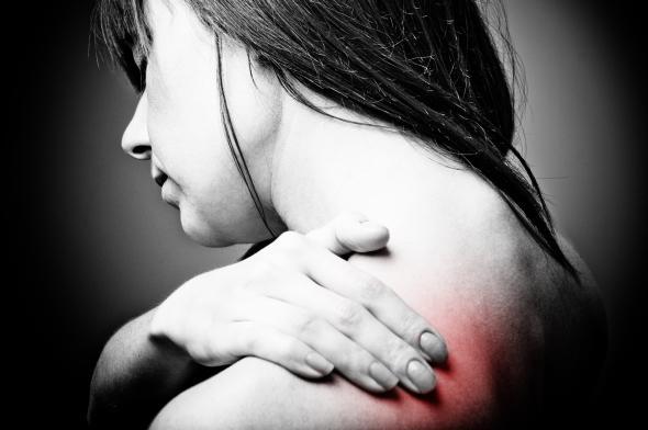 Bei einer Osteoporose (Knochenschwund) verringert sich die Knochenmasse, die Knochen verlieren mit der Zeit an Elastizität.