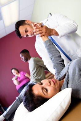 Schmerztherapie - Starke Schmerzen im Arm der Patientin