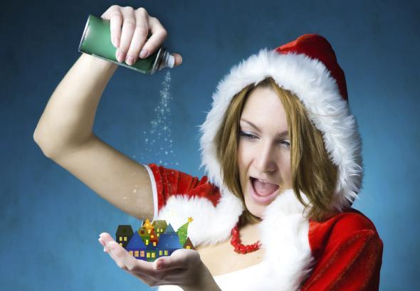 Junge Frau sprüht mit Schneespray