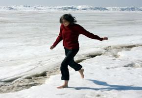 Eine Frau beim Schneetreten