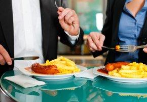 Mittagsimbiss: Schnelles Essen - Currywurst mit Pommes Frites