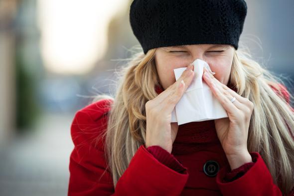 Starker Schnupfen belastet die Nasenschleimhaut - eine Nasenspülung kann helfen.
