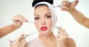 Schöne Frau beim Schönheitschirurgen
