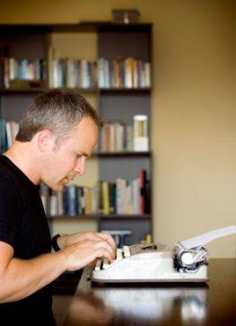 Schriftsteller bei der Arbeit - Entwurf eines Manusriptes