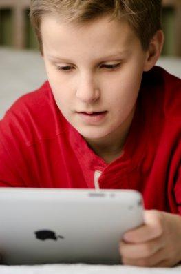 Schüler lernt mit seinem iPad