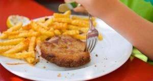 Schulkantine - ein Schnitzel auf dem Teller