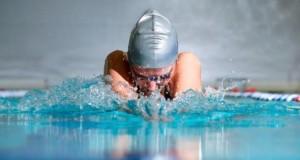 Schwimmen unterstützt die Fitness und Gesundheit.