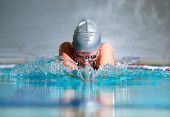 Schwimmen unterstützt die Fitness und Gesundheit..