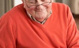 Senior checkt seinen Blutzuckerspiegel