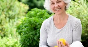 Sport und eiweißhaltige Nahrung fördern den Muskelaufbau bei Senioren.