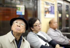 Japanische Senioren haben eigene Sitzplätze in den U-Bahnen