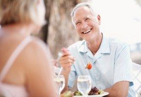 Gerade Senioren müssen sich gesund ernähren. Ballaststoffe sorgen für eine funktionierende Darmflora.