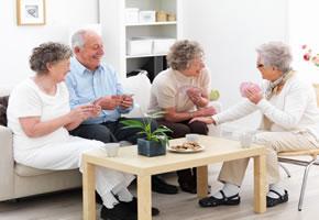 Senioren spielen Karten in der Wohnung
