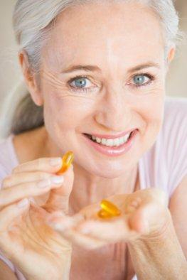 Enzymtabletten - Seniorin macht eine Enzymtherapie um ihr Immunsystem zu stärken.