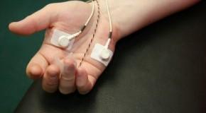 Sensoren an den Händen messen die Körperfunktionen