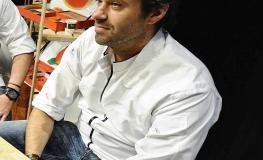 Sergio Herman sitzt auf einem Hocker