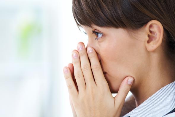 Junge Frau macht sich Sorgen um ihre Zukunft, sie hat eine Quarterlife-Crisis.