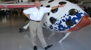 Sir Richard Branson vor dem Spaceshipone