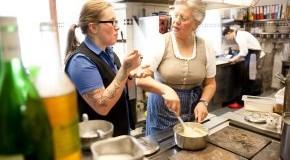 Sissy und Stefanie Sonnleitner in der Restaurantküche