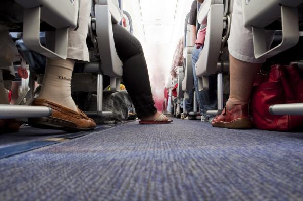 Fluggäste sitzen im Flugzeug.