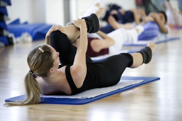 Skigymnastik lockert die Muskeln und Gelenke auf.