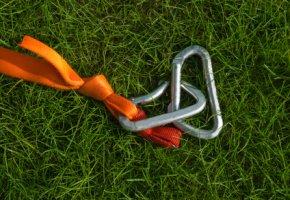 Slacklining-Ausrüstung: Slackline und Karabiner zum befestigen