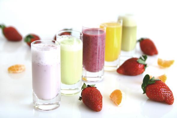 Eine ganze Reihe von Smoothies die aus Obst hergestellt wurden.