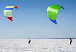 Snowkiten mit Skier und Drachen