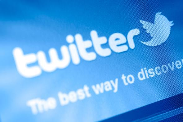Schriftzug auf einem Monitor: Twitter - The best way to discover