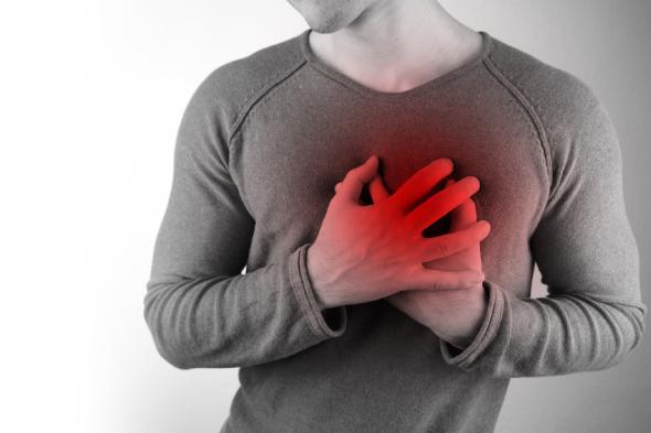 Der Mann hat starke Schmerzen in der Speiseröhre: Sodbrennen