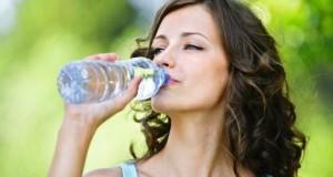 Bei der Sommerhitze sollte man ausreichend Wasser trinken.