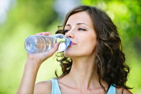 Bei sommerlichen Temperaturen sollte man ausreichend Wasser trinken.