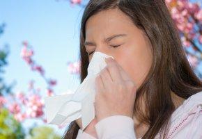 Sommergrippe: Eine junge Frau hat eine Erkältung im Sommer