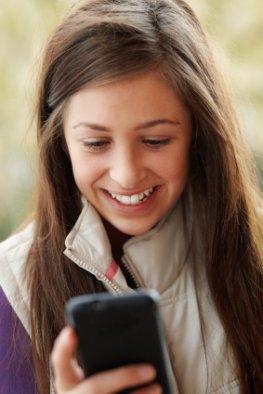 Teenager mit dem Smartphone - Facebook macht nicht depressiv