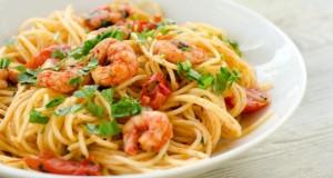 Teller mit Spaghetti, Tomatensauce und Shrimps.