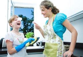 Spaß haben beim Abwasch in der Küche